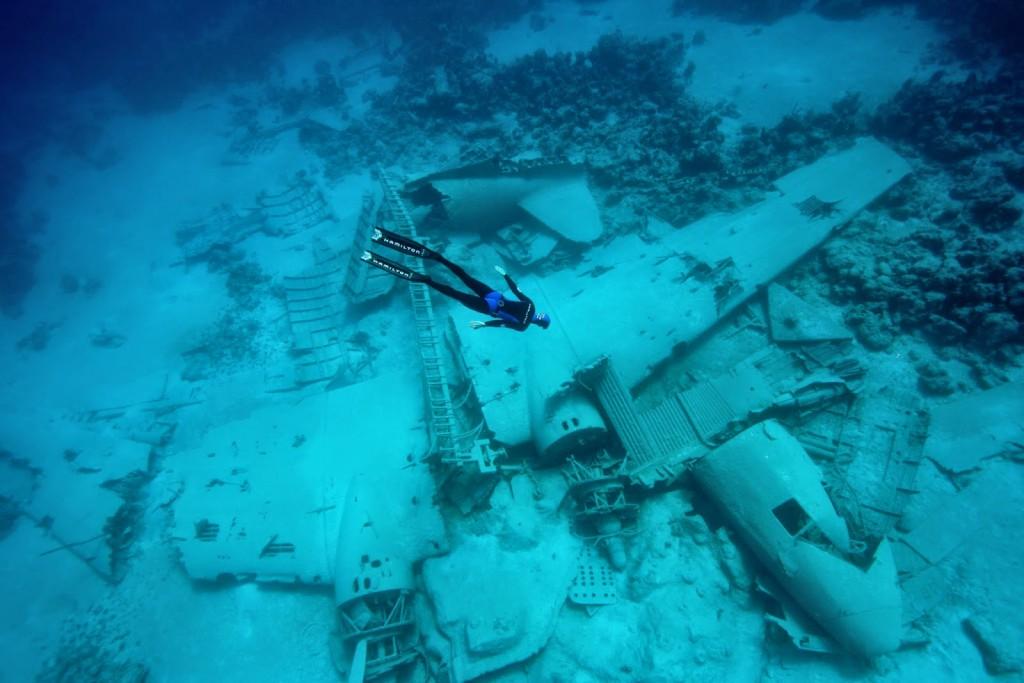 Aviones como éste, un  son objeto de innumerables inmersiones hoy en día. Foto del fotógrafo y submarinista Frédéric Buyle.