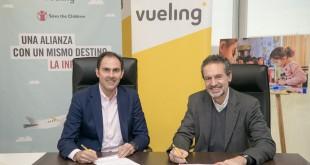 De izquierda a derecha: Javier Sánchez-Prieto, presidente y CEO de Vueling y Andrés Conde, Director General de Save the Children España.