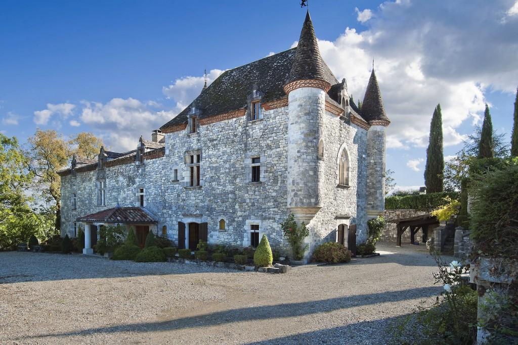 Un château con las características torres redondas a cada lado con tejados puntiagudos.