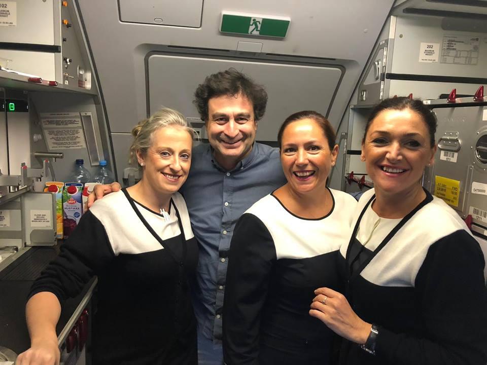Pepe Rodríguez con la tripulación de Finnair volando a Tailandia. Foto: facebook restaurante El Bohío.