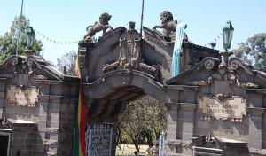 Puerta de la Universidad de Adís Abeba. Foto: Sam Effron.