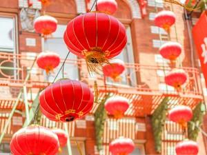 Atravesando la Puerta del Dragón en la Avenida Grant, uno se teletransporta al corazón de Pekín.