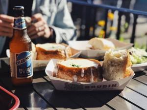La crema de almejas, Clam Chowder, en pan, famosa de Boudin Bakery.