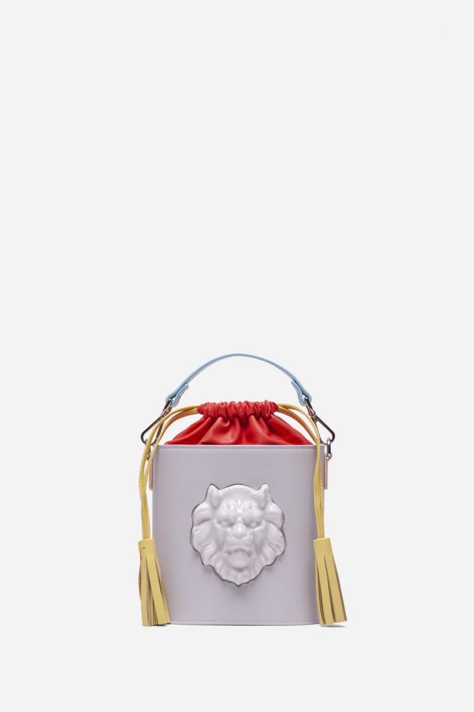 Los bolsos: diseños limpios y sencillos, con una única pieza de porcelana pero rotunda.
