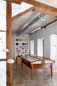 """La vitrina de numismática, encontrada en un conocido anticuario de Madrid, ahora ocupa el espacio central de la tienda. """"Era exactamente lo que necesitábamos, sobria y noble, una joya""""."""
