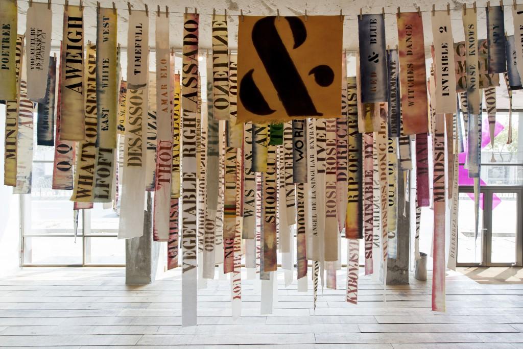 """Obra """"Bandera lluvia de palabras en nube"""". Peter Zin. Foto: © Kayhan Kaygusuz, cortesía de İKSV"""