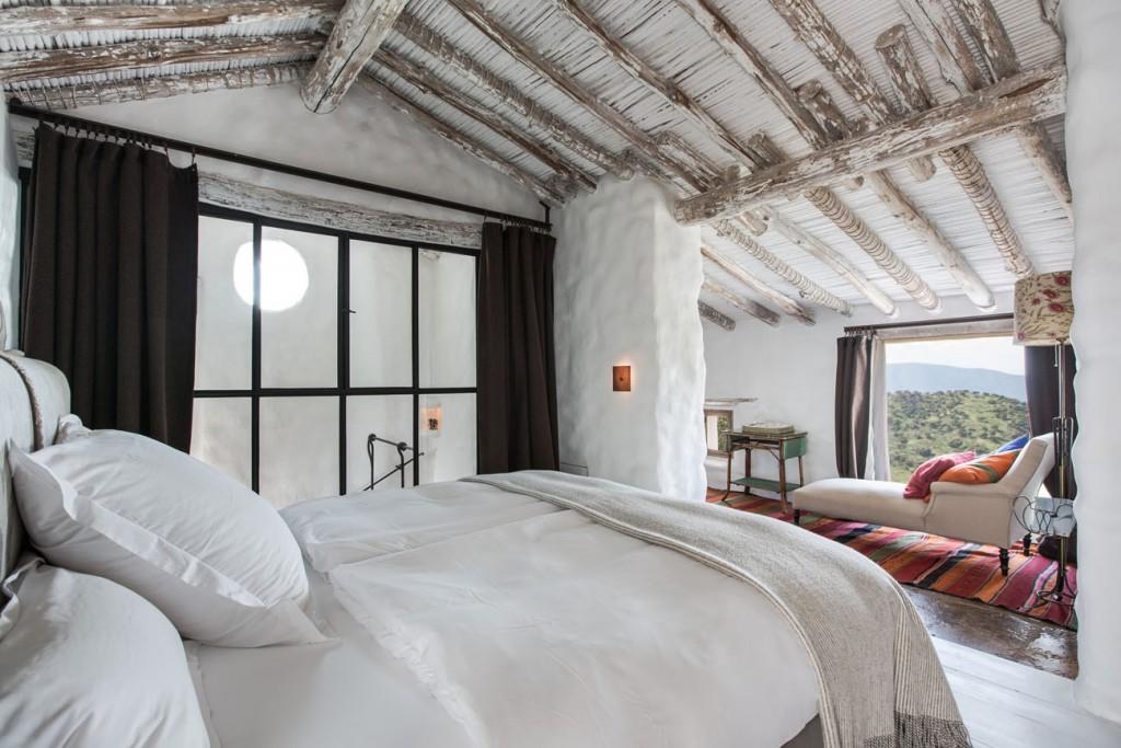 Habitación con grandes ventanales con vistas a la serranía de Ronda.