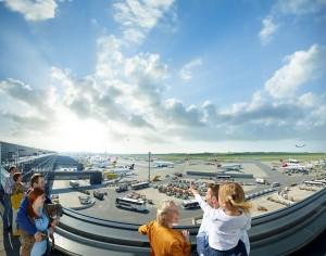 Un total de 1.735 m² de terraza para ver la plataforma de aparcamiento de los aviones de pasajeros, las posiciones de los de carga y la Pista 16.