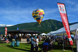 En tierra, durante los días de campeonato no faltan las actividades. Desde demostraciones de paracaidismo, ala delta, vuelo en paramotor a música en directo.