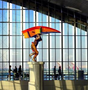 """La escultura en el aeropuerto de Doha """"el hombre volador"""", de Dia Azzawi, que representa el viaje en la era moderna."""