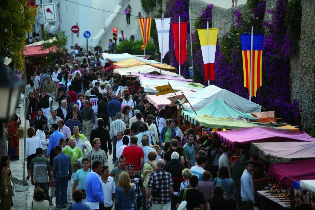 Los tenderetes del Mercado Medieval por el casco histórico de Ibiza.