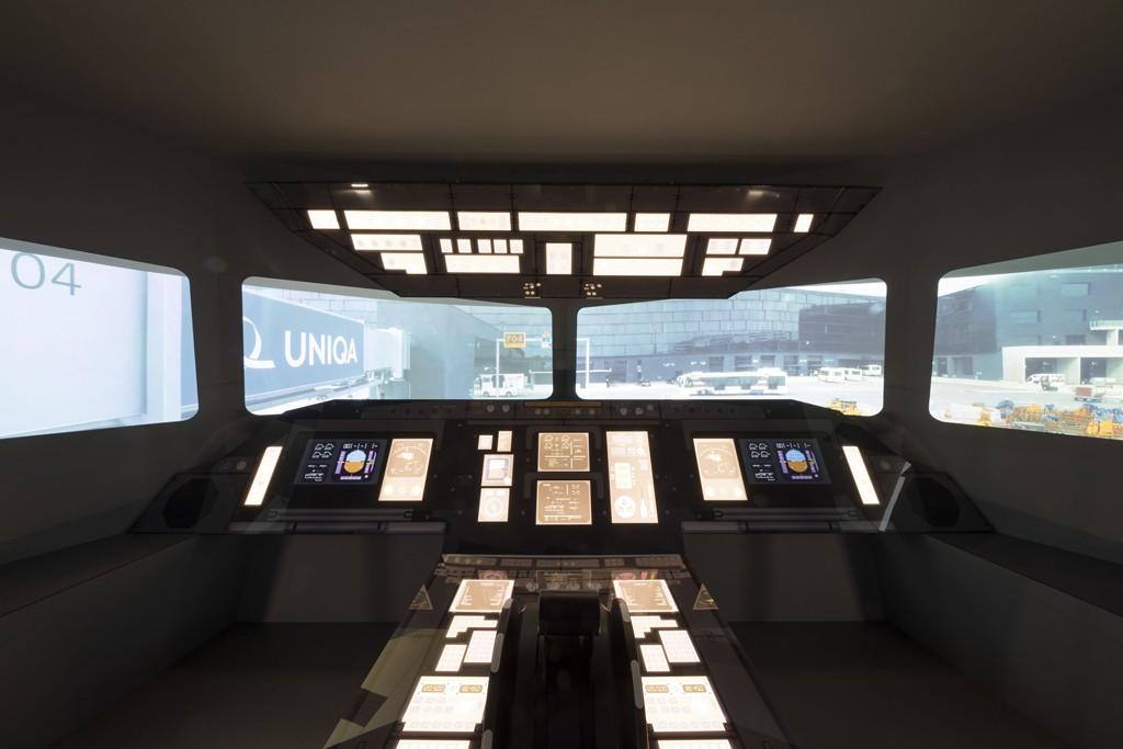 Una gran réplica de una cabina para experimentar un vuelo con despegue y aterrizaje en el aeropuerto de Viena. Foto: Christie