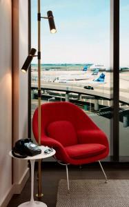 Cada habitación tiene un sillón Womb, diseño de Saarinen, y un teléfono antiguo de rueda. Foto: David Mitchell