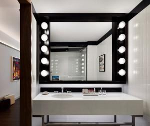El espejo del baño con focos redondos,  estilo muy hollywoodense. Foto: David Mitchell