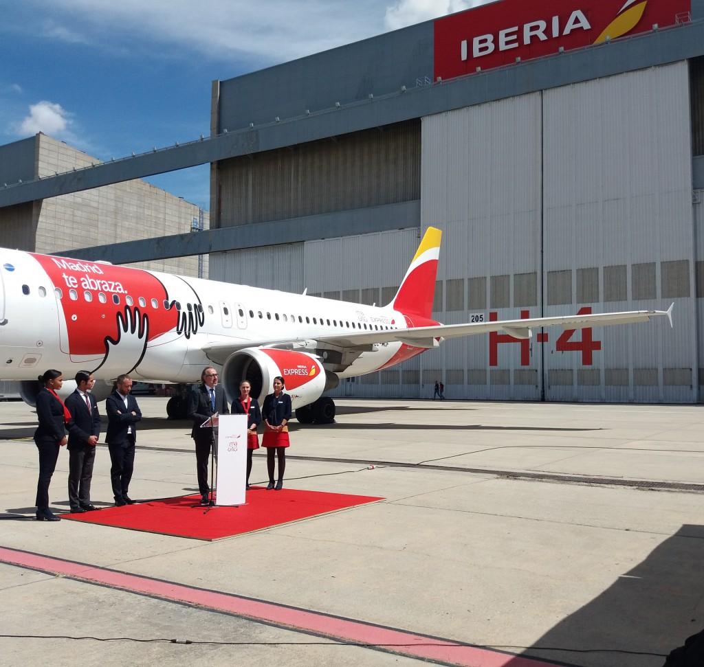 La presentación del nuevo avión se ha realizado esta manaña en los hangares de la aerolínea en La Muñoza, junto al aeropuerto de Madrid.