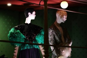 Modelos de Gucci y de Palomo Spain en la muestra Camp: Notes on Fashion. Foto: Vittorio Zunino Celotto / Getty Images para The Metropolitan Museum of Art