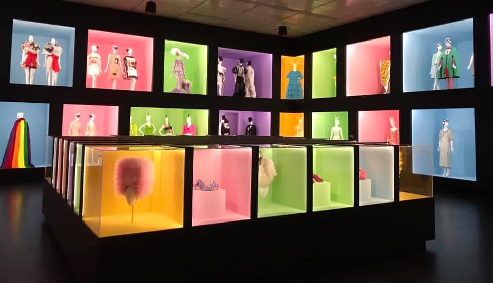 El Metropolitan dedica una exposición a la exuberante estética de la moda.