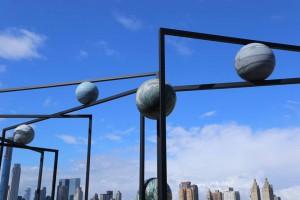 Esculturas de Alicja Kwade que evocan el sistema solar, expuestas en la azotea del Met.
