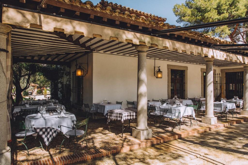 Con la llegada del verano, las chimeneas del edificio principal y la sala ceden su protagonismo al jardín y la terraza.
