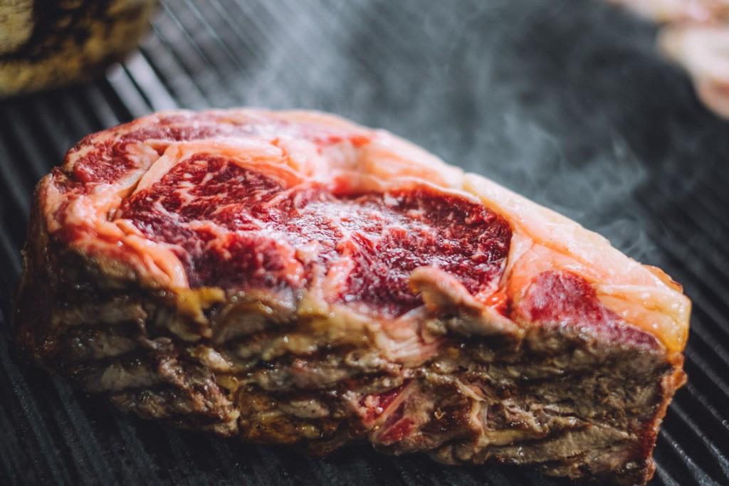 No faltan piezas de buenas carnes asadas a la parrilla.