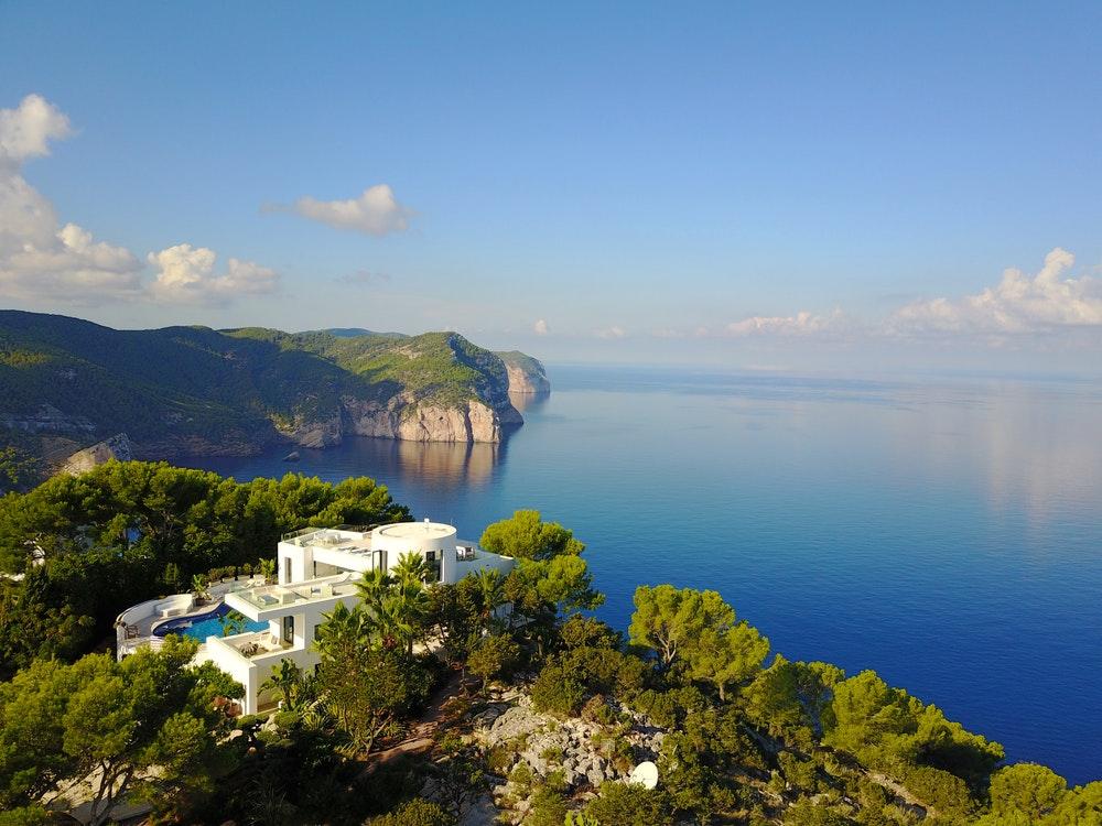 En la Villa Blue de Ibiza el entorno es así de espectacular.