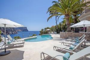 Piscina con piscina con borde infinito de la villa Love de Mallorca.