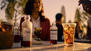 """El tradicional """"Un whisky con Coca-Cola, por favor"""" se convierte en """"Un whisky con Coca-Cola Signature Mixers""""."""