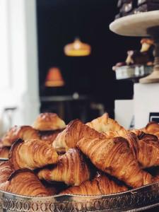 Montañas de croissants en Eric Kayser París.