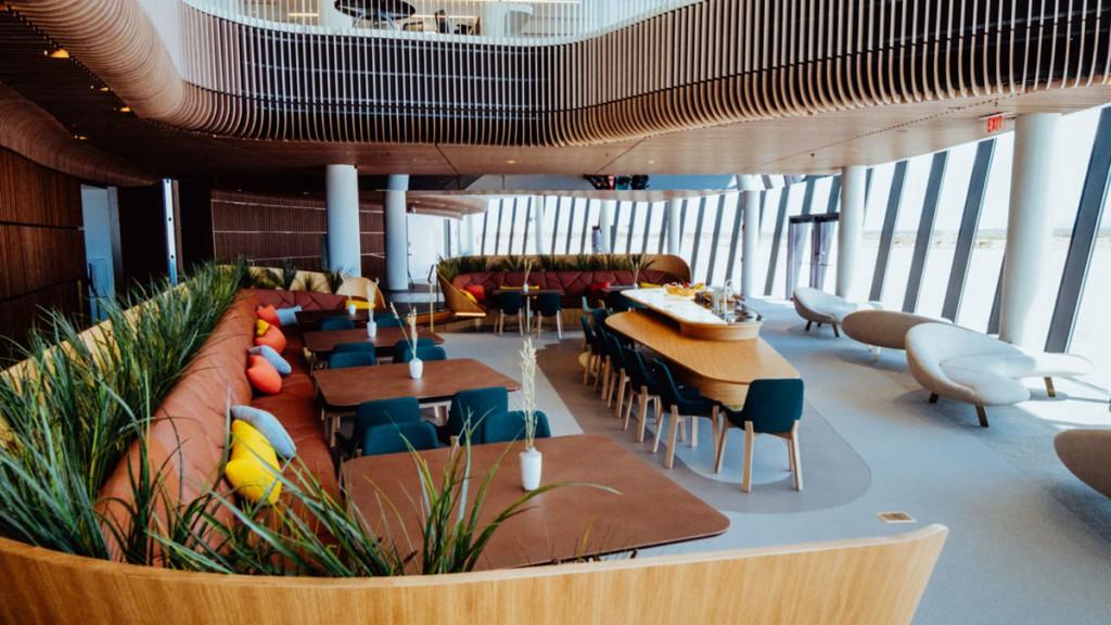 El área lounge de pasajeros y de operaciones están interconectados en el atrio central.