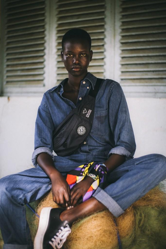 La top Adut Akech con una riñonera de Prada Re-Nylon en Camerún.