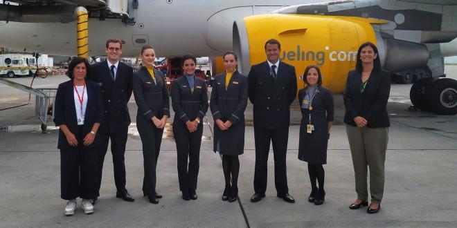 La tripulación de Vueling que atendió el vuelo inaugural Florencia - Bilbao posa junto a la directora del Aeropuerto de Loiu, Cristina Echeverría y la Airport Manager de Iberia Airport Services, Laura Montalbán.