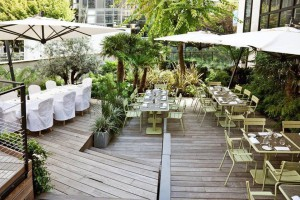 La terraza trasera del hotel La Maison champs Elysées permite descansar tras una jornada intensa de desfiles.