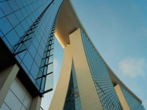 El Resort Marina Bay Sands, con sus 845.000m2 sobre el paseo marítimo de Singapur, recrea una puerta de entrada a la ciudad.