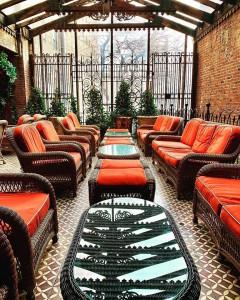 The Bowery Hotel tiene espacios tan agradables como esta terraza cerrada.
