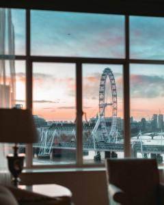 El London Eye visto desde el hotel The Savoy de Londres.
