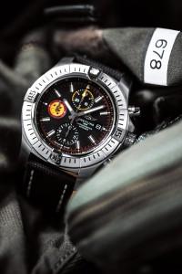 En su llamativa esfera negra aparece el logotipo de la escuadrilla Patrouille Suisse, acompañado por toques amarillos y rojos que reflejan los colores de la escuadrilla.
