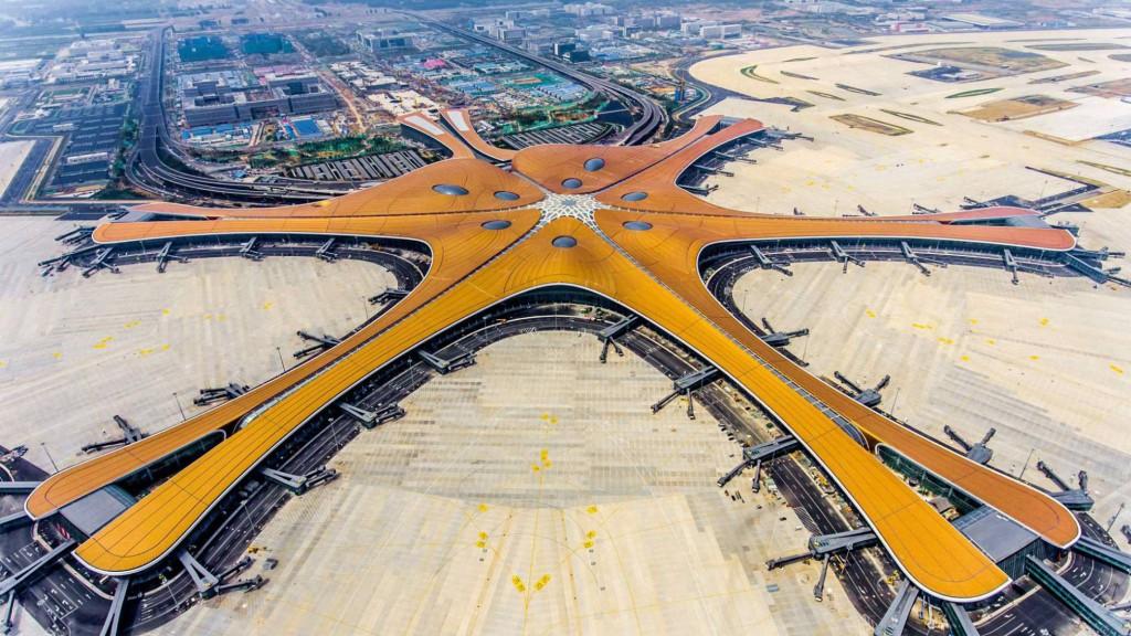 """Por sus cinco muelles con puertas de embarque, los medios de comunicación chinos se han referido al aeropuerto como una """"estrella de mar""""."""