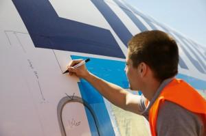 Los diseñadores se desplazaron hasta Teruel para inspeccionar la aeronave y seleccionar las piezas para la colección