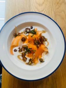 Yogurt de coco con zanahorias y jarabe de arce con infusión de masala de Archer & Goat.