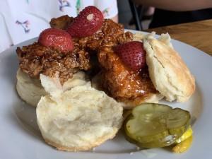 Mezcla de dulce y salado en los scones de pollo con fresas de Archer & Goat.