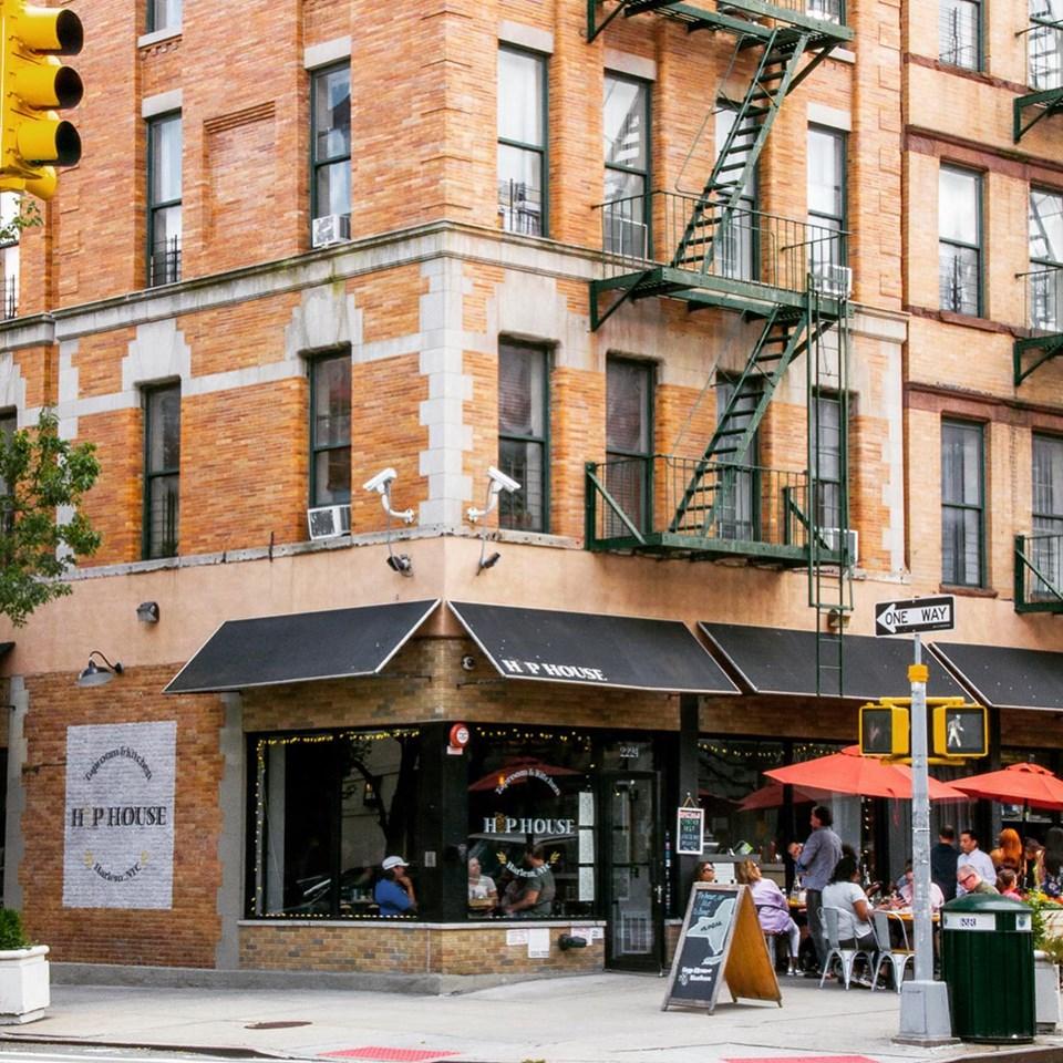 En una típica fachada con el alma arquitectónica neoyorquina del siglo XIX.