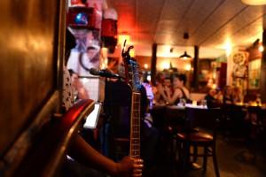 Muy popular el happy hour de Maison Harlem para tomar una inspirada selección de cócteles y vinos mientras suena música en directo.