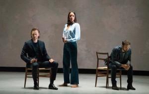 En Broadway, Tom Hiddleston, Zawe Ashton y Charlie Cox retratan a tres amigos en movimiento en la reveladora interpretación de Jamie Lloyd de un clásico de Harold Pinter.