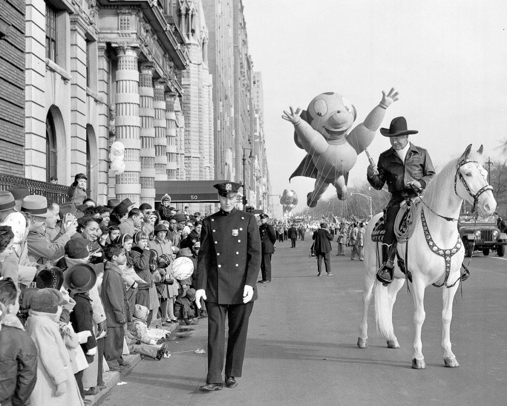En su primer año contó con carrozas, bandas musicales y hasta animales del zoológico de Central Park. A partir de 1927, los animales se sustituyeron por los famosos globos inflables que caracterizan el desfile actualmente. Foto: RV1864 de flickr