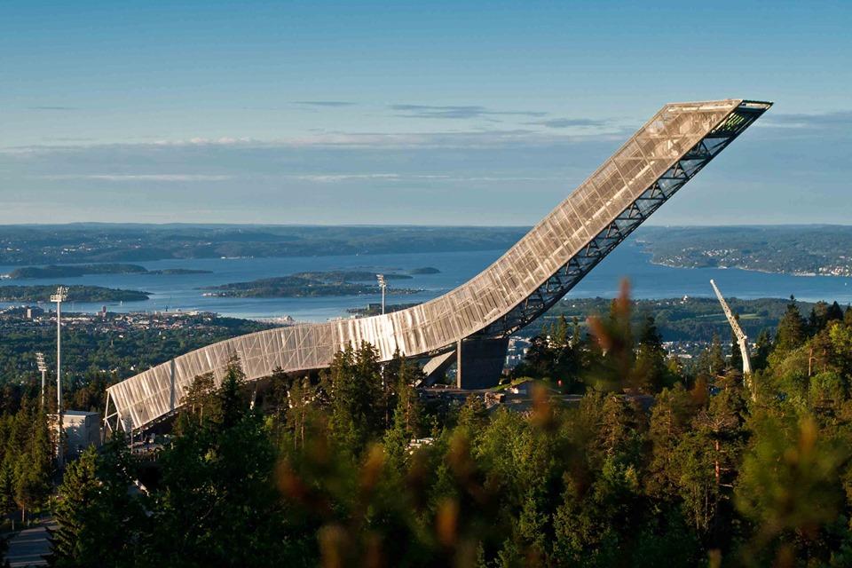 Se puede subir a la cima del trampolín Holmenkollen y disfrutar de magníficas vistas.