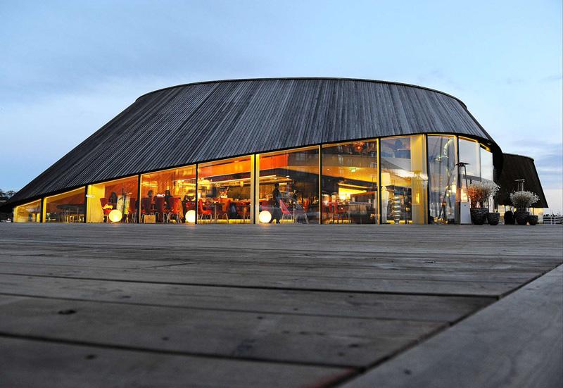 Situado en el puerto deportivo en un edificio que atrae las miradas, el restaurante Ling Ling está especializado en cocina contonesa elaborada con productos noruegos.