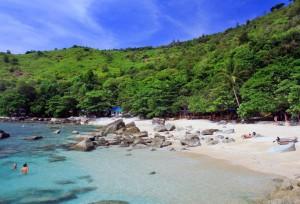 La playa Ao Sane es una de las prereridas para hacer esnórquel en Phuket.