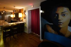 En Ruby's Vintage, la atmósfera y decoración hacen que parezca un restaurante de Harlem en una película de Barry Jenkins ambientada en los años setenta.