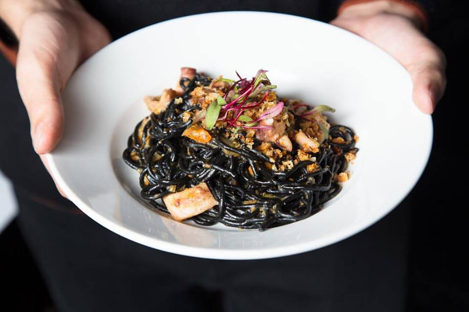 Sus espaguetis negros son uno de los platos de la casa.