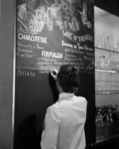 En Vinatería los menús se escriben con tiza en la pared.